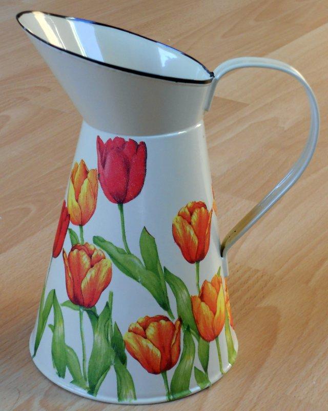 frühlingshafte Metallkanne Tulpen