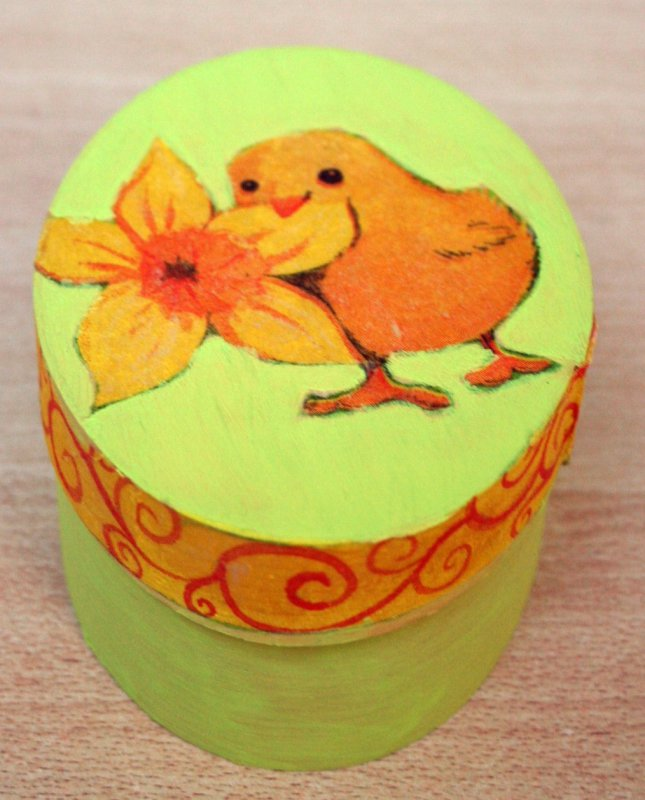 cute easter gift box little chicken with daffodil