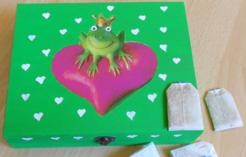 very funny tea bag box frog with crown on a big heart