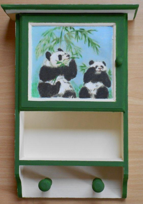 einzigartiges Hängeschränkchen Panda Bären