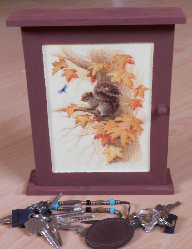 schlüsselkästchen eichhörnchen auf einem baum
