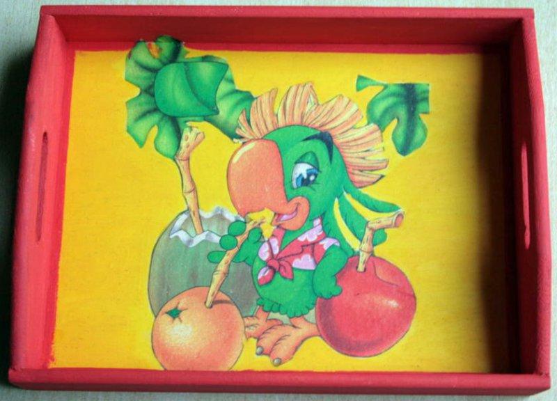 originelles Holztablett Cocktail schlürfender Papagei