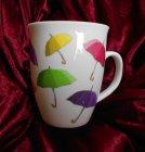 farbenfroher Porzellan Kaffeebecher bunte Regenschirme