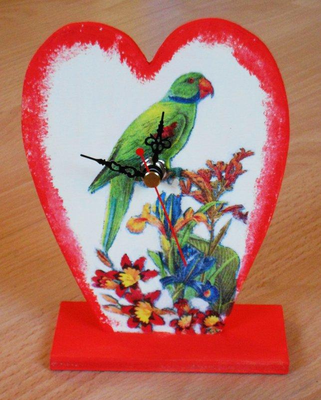 farbenfrohe Herz Tischuhr Papagei mit exotischen Blumen