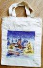 idyllisch und  zauberhafte Weihnachtstasche winterlich Landschaft mit verschneiter Kirche mit Weihnachtsbaum